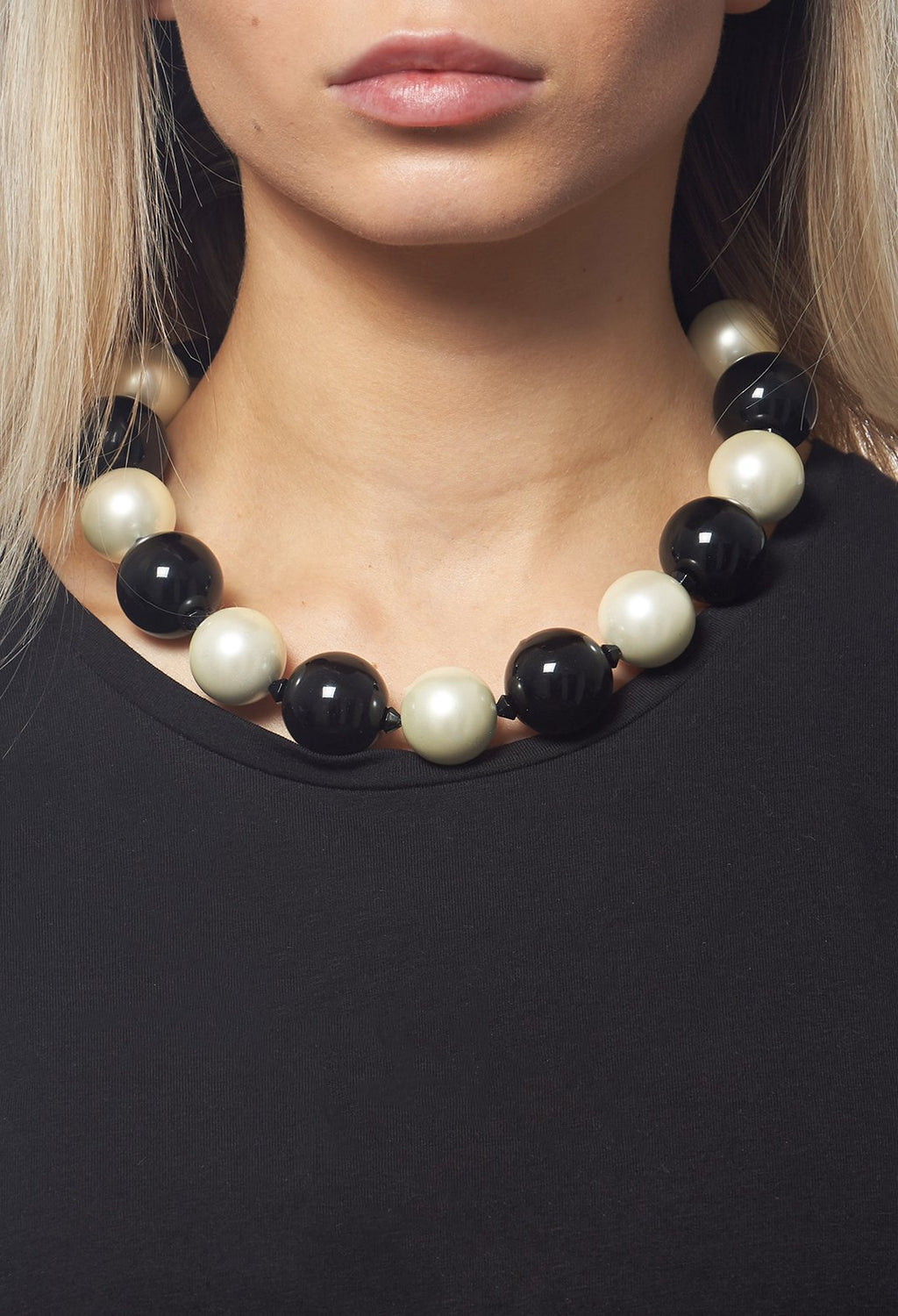 Beaded Necklace in Black / Pearl