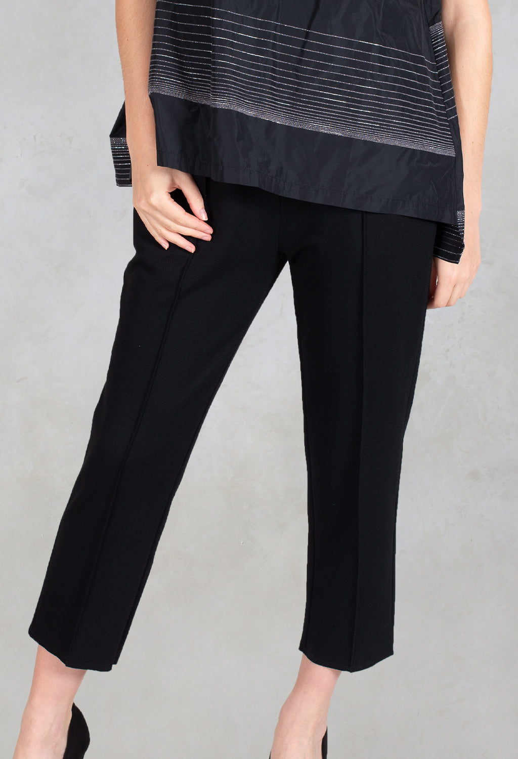 Cropped Straight Leg Pants Akiz in Black