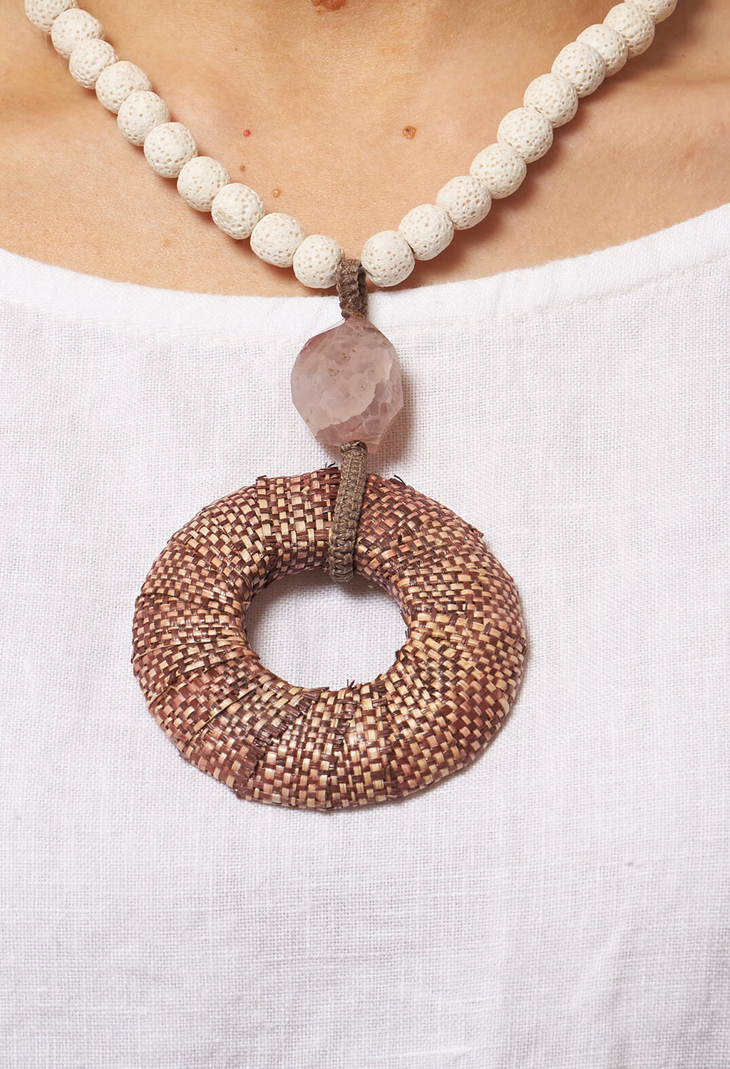 Rounded Pendant Necklace in Off White / Pink