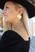 Load image into Gallery viewer, Asimetric Gold Earrings