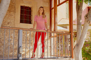 wa70 rood dame op balkon, red trousers