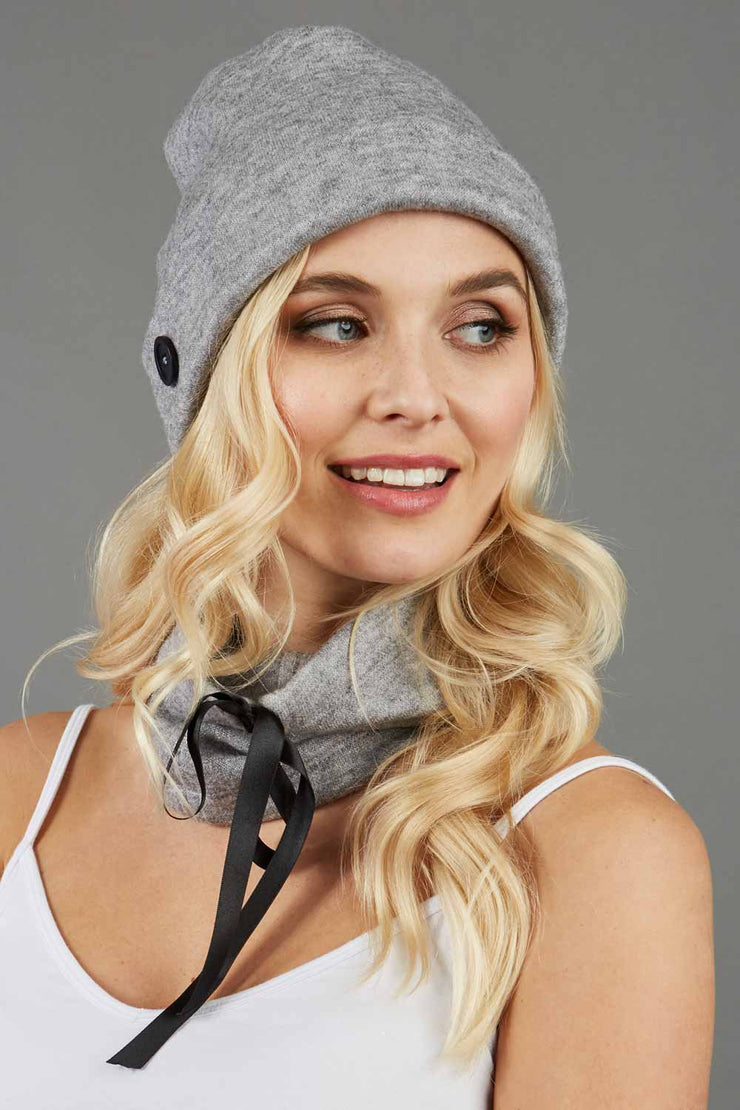blonde model is wearing diva catwalk rappa soft neck warmer in grey front paired with diva grey hat