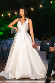 2020 Outdoor Satin Bride Dresses with Beaded Back