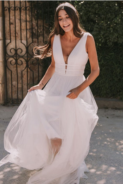 a-line-tulle-boho-wedding-dresses-with-plunging-v-neckline