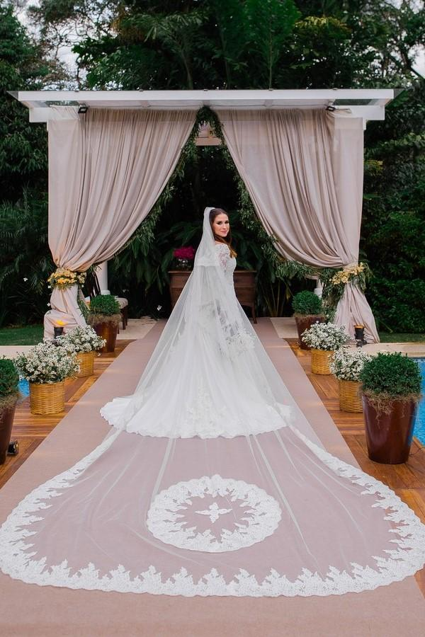 appliqued-lace-trim-long-wedding-veil-with-blusher