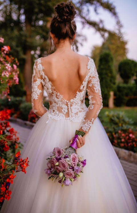backless-long-sleeve-lace-garden-bridal-dresses-2020-1