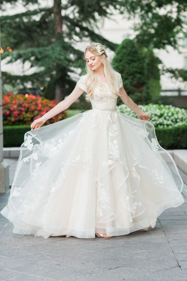 romantic-horsehair-lace-wedding-gown-with-short-sleeves