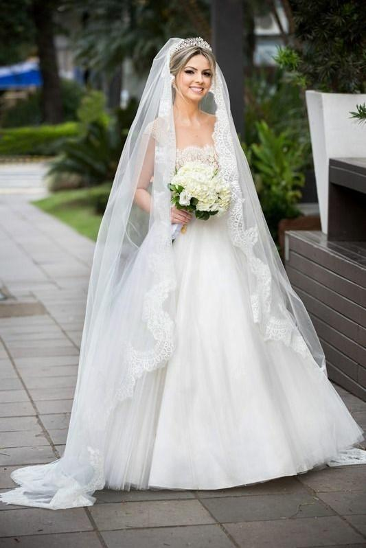 scalloped-lace-trim-long-wedding-veil-with-comb
