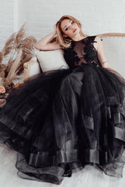 sleeveless-appliqued-black-wedding-gown-tulle-skirt-2020