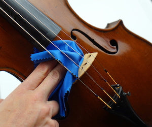removing-rosin-from-violin-with-nice-animal-imprints-resoundstrings.com