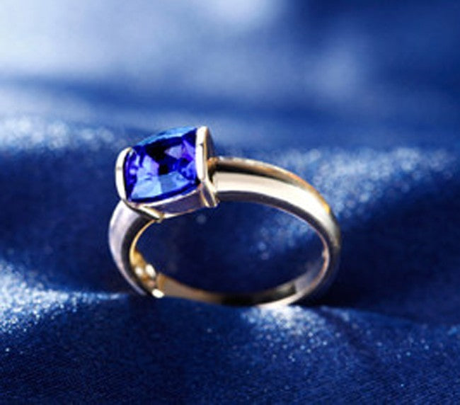 Beautiful 1 Carat cushion cut Blue Sapphire Solitaire Engagement Ring in Yellow Gold