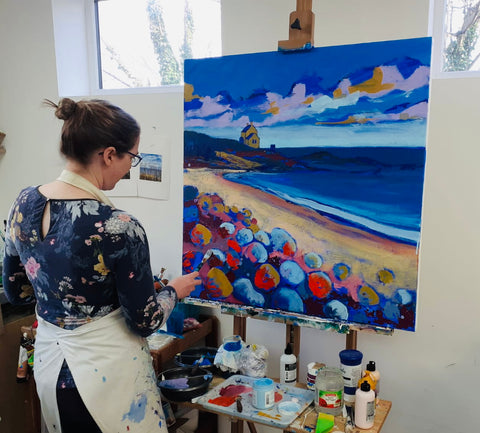 North East Artist Joanne Wishart painting at the Easel Northumberland picture