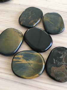 Tumbled Hawk eye palm stone / blue tiger eye - The7directions