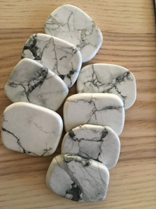 Howlite palm stone - The7directions
