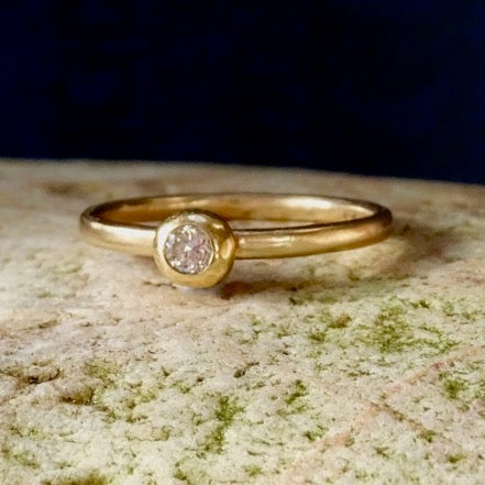 Solitaire 14ct gold ring with White Diamond