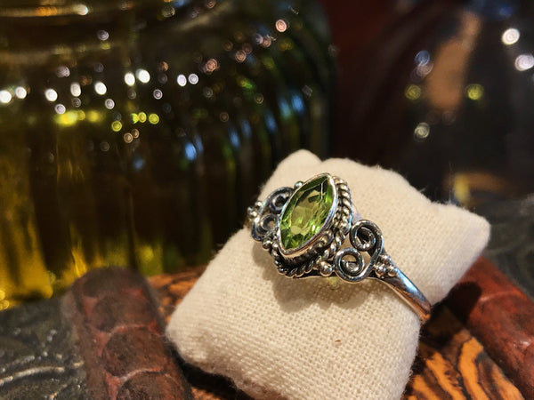 Peridot Alta Ring Almond - Jewels & Gems