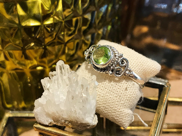 Peridot Alta Ring (US 8.5) - Jewels & Gems