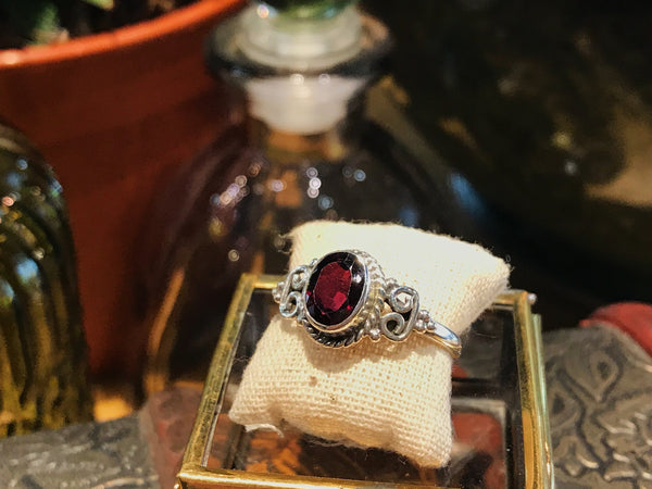 Garnet Alta Ring Oval - Jewels & Gems