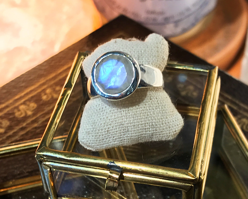 Moonstone Sabina Ring - Round - Jewels & Gems