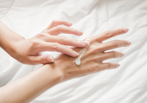 Apply the Franz Hand Care Intensive Boosting Essence to both of your hands.