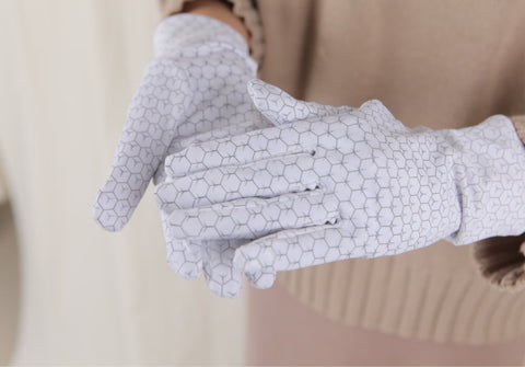 Relax and wear the gloves for at least 20 minutes.