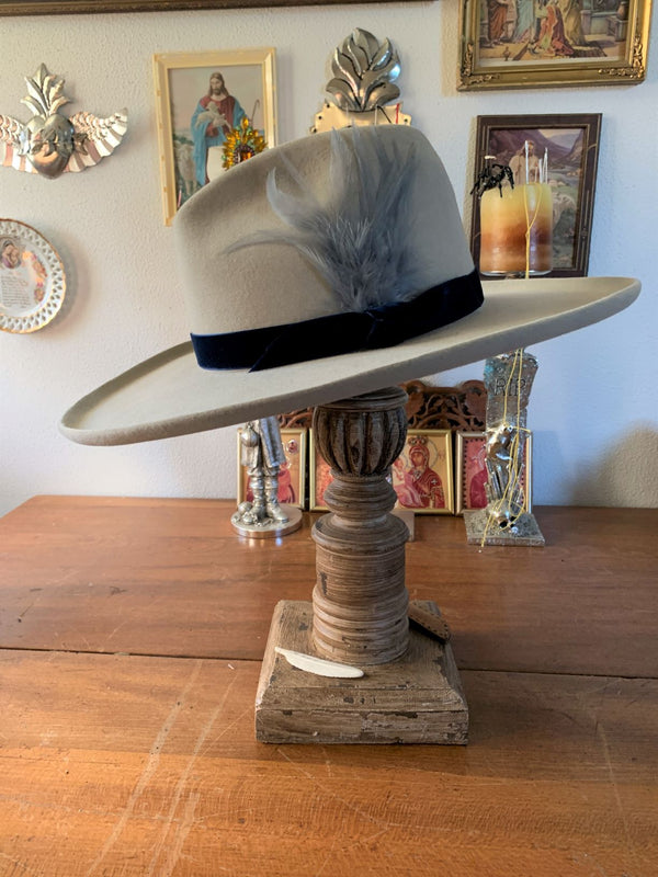 This is a great style hat for men and women.
