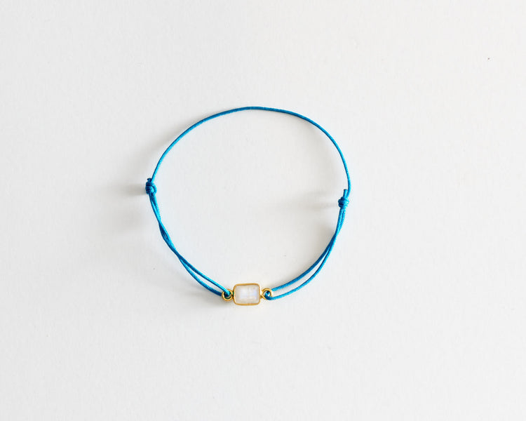 """The good energy bracelet""Pierre de Lune sur lien coulissant bleu paon"
