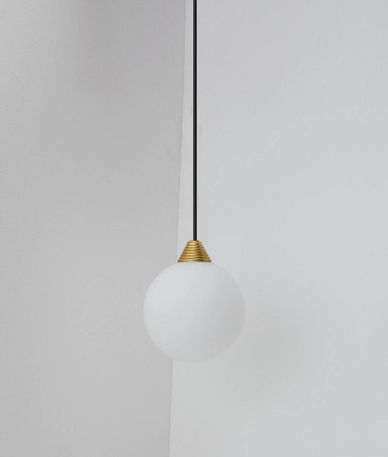 "Suspension ""Babel"", grande verrerie boule en opaline, câble noir"