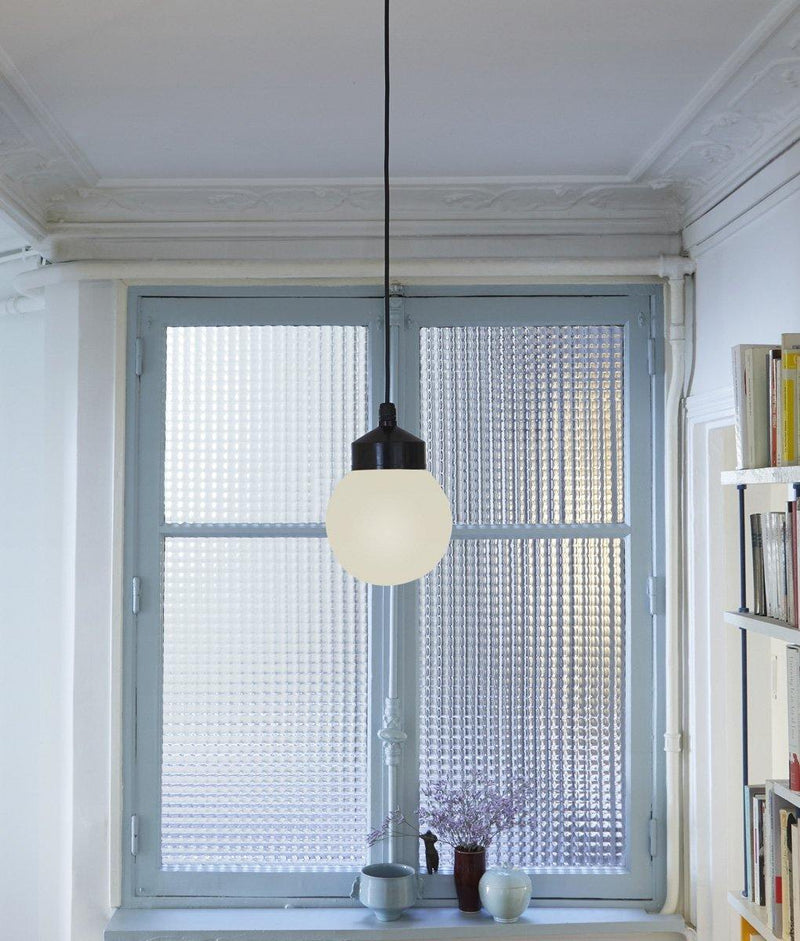 "Suspension ""Bauhaus"", verrerie opaline boule, couloir"