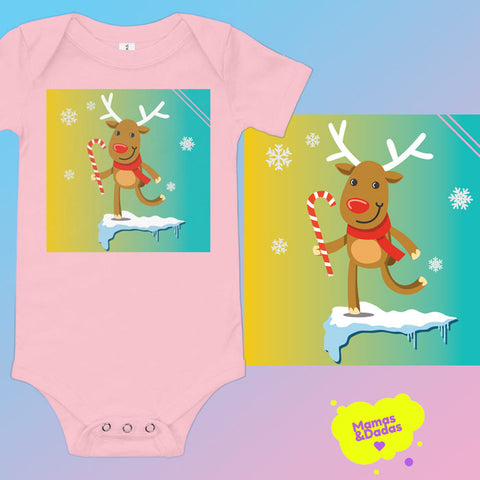 A pink baby bodusuit to the left, with akids cartoon of an elk with a lollipop in his hand, running through an icy landscape. The same design is pictured a bit bigger on the right, and the logo of Mamas&Dadas is in yellow, in the bottom right corner. The background is blue and pink gradient.