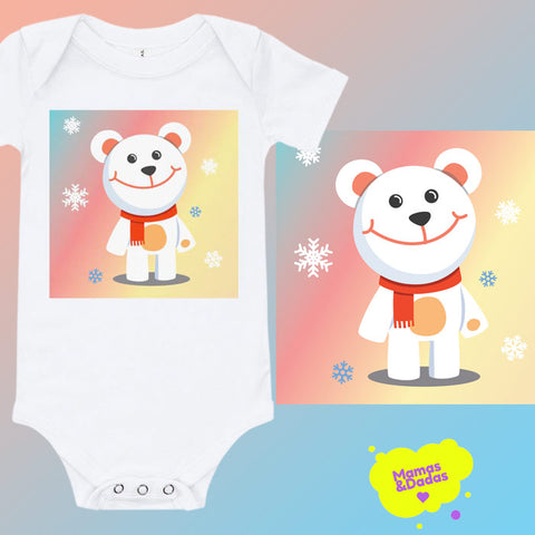 A white baby bodysuit with a white teddy bear standing among snowflakes, with a colourful background behind. The same design stands a little bit bigger on the right, and the logo of Mamas&Dadas™ is in the bottom right corner