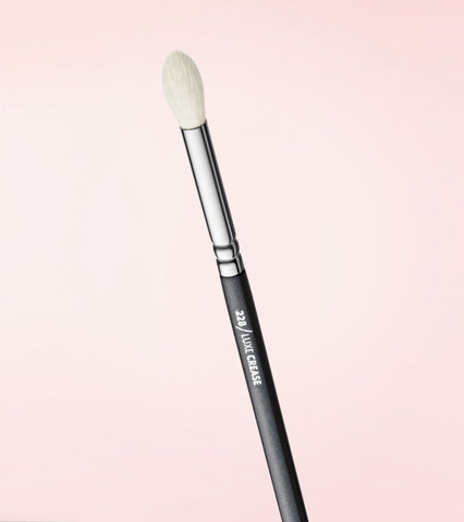 228 Luxe Crease Brush