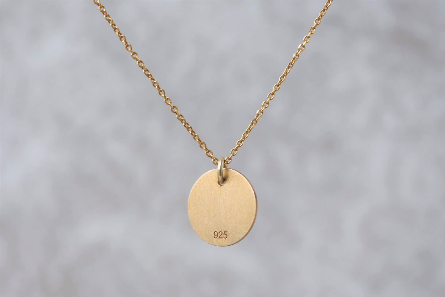 Simple_disk_pendant_necklace_for_women