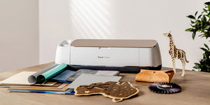 Cricut Maker Machine met attributen om te plotten.