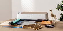 Afbeelding in Gallery-weergave laden, Cricut Maker Machine met attributen om te plotten.