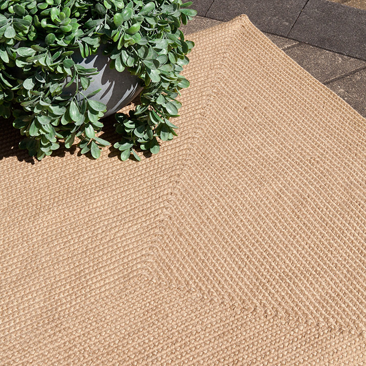 Outdoor rug in natural.