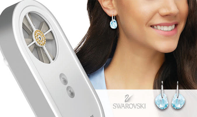 Local Applicator Model 2020 mit Swarovski Ohrringen als Geschenk