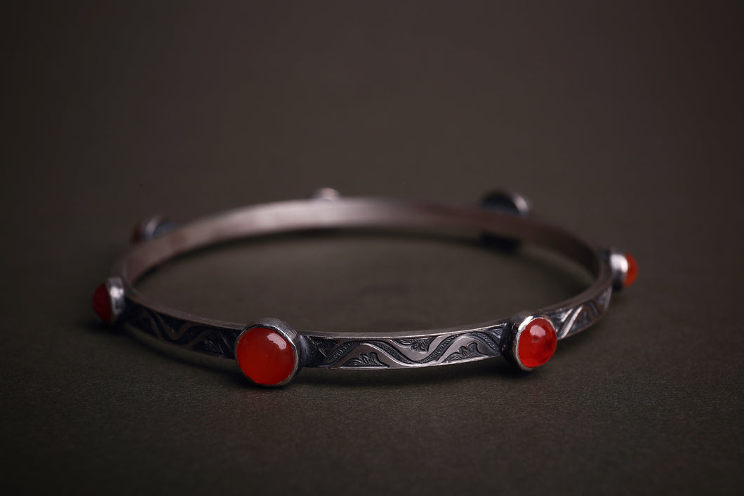 Patterned silver and carnelian  bangle