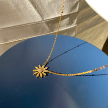 Load image into Gallery viewer, Daisy Necklace
