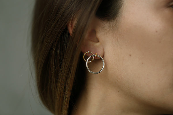 GOLD SMALL KINETIC HOOP EARRING