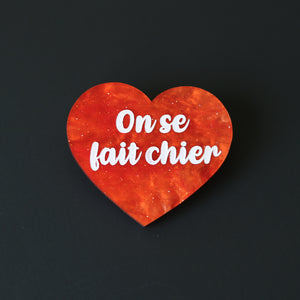 "Broche ""On se fait chier"" en acrylique orange lave en fusion marbrée à paillettes"