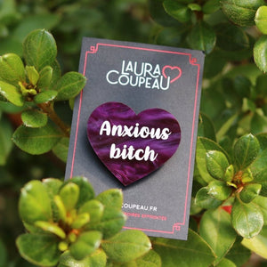 "Broche ""Anxious bitch"" en acrylique marbrée violette"