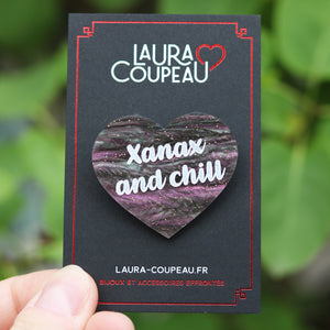 "Broche ""Xanax and chill"" en acrylique marbrée rose, verte et taupe à paillettes"