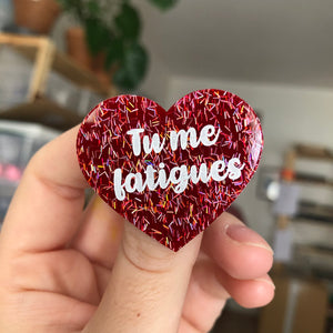 "Broche ""Tu me fatigues"" en acrylique rouge à paillettes iridescents"