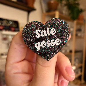 "Broche ""Sale gosse"" en acrylique à paillettes multicolores"