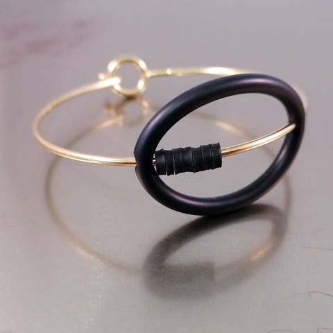 Banshy- jewelry upcycled-bracelet upcycled- golden bangle bracelet with O'ring inner tube- accesories from the sea- bijoux recyclé-  bijou de la mer-jonc dorée avec chambre à air et joint torique-diving world
