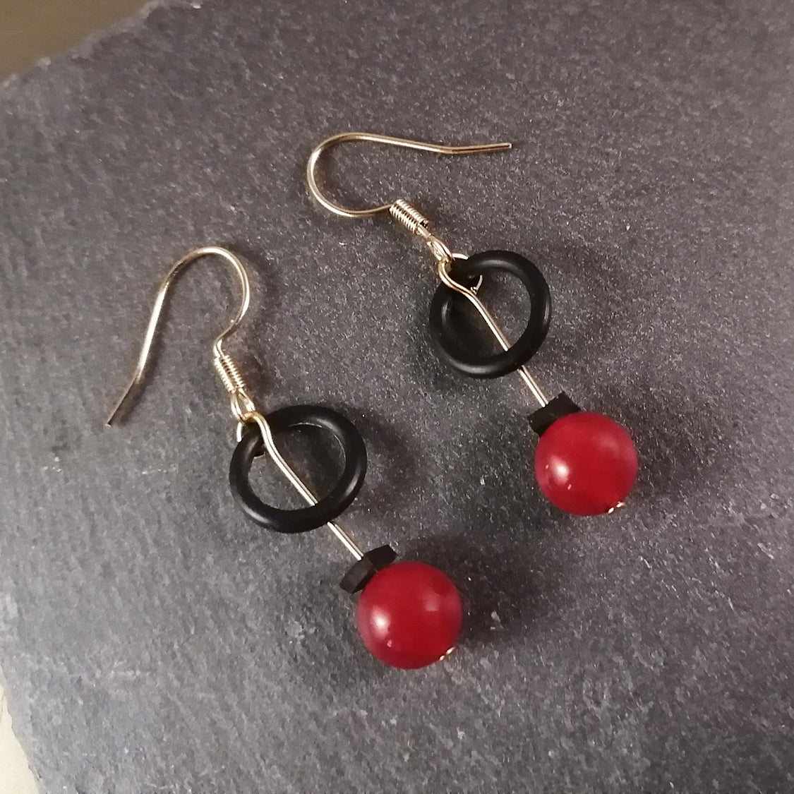 Banshy-Earrings upcycled- o'rings from the dive industry-red glass bead-brass, stainless accessories from the sea-rubber- sea brand-bijoux inspiré de la mer