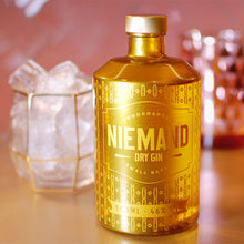 Laden Sie das Bild in den Galerie-Viewer, Niemand Dry Gin, Gold Edition, 0,5l