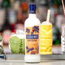 Laden Sie das Bild in den Galerie-Viewer, MAHIKI Coconut Rum + MAHIKI White Coconut + 2 MAHIKI Coconut Tiki Mugs