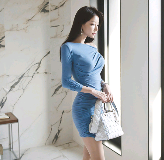 Women's 2020 autumn and winter new sexy off-the-shoulder bag hip thin pleated long-sleeved short dress